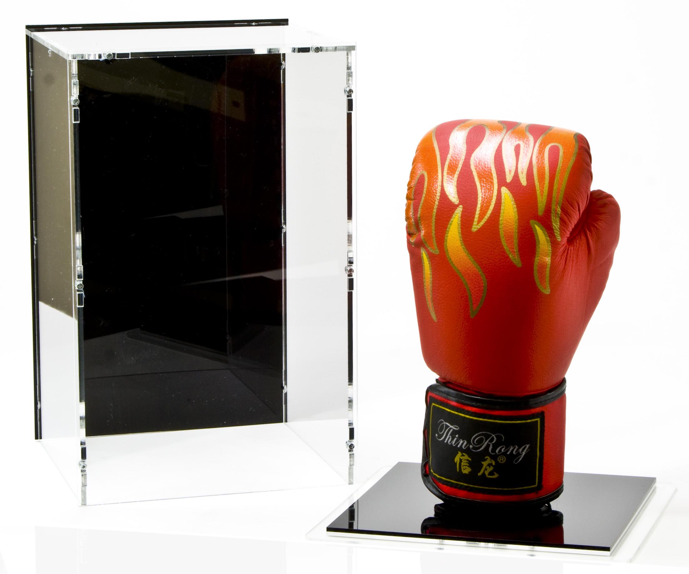 Boxhandschuh Vitrine mit Detail Boxhandschuhständer