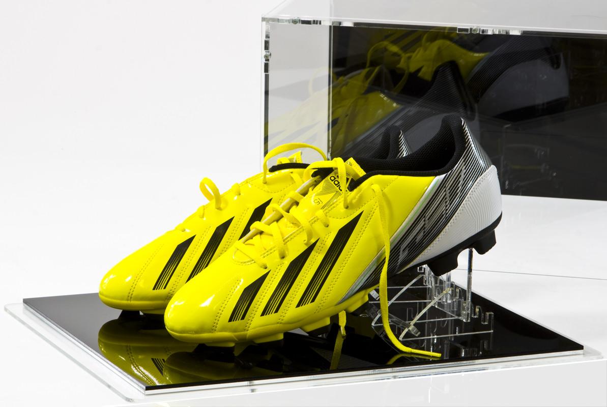 Die Fussballschuh-Vitrine mit Schuhständern
