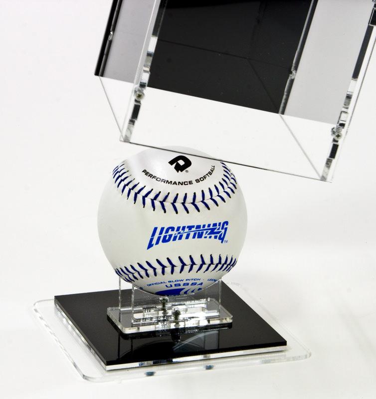 Die Softball Vitrine geöffnet