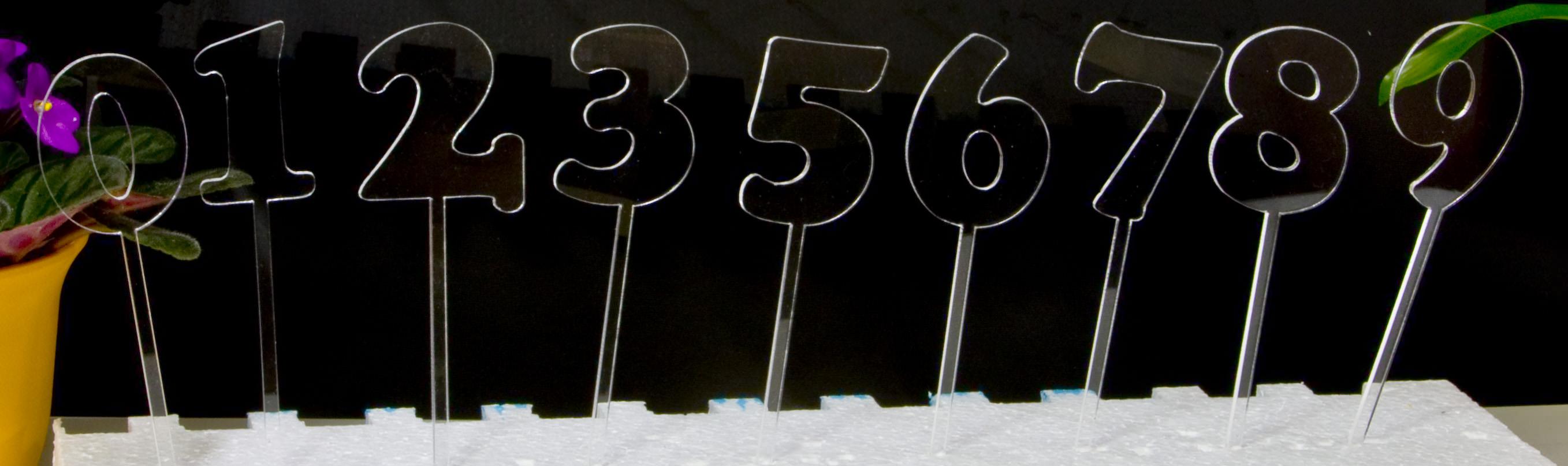Die Zahlen-Stecker aus transparentem Material